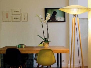 design lampadaire à trépied jaune